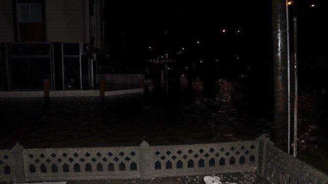 Bandırma'da İşyeri Ve Evleri Su Bastı