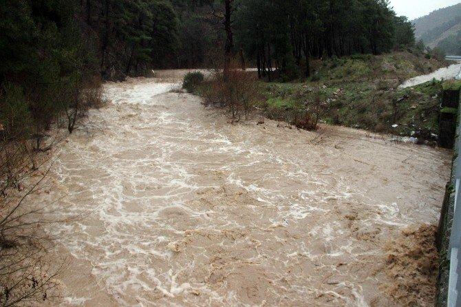 Lodosla Gelen Aşırı Yağış Hayatı Olumsuz Etkiliyor