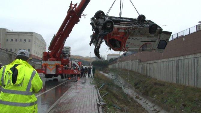 Minibüs kayganlaşan yoldan dereye uçtu: 2 ölü 2 yaralı