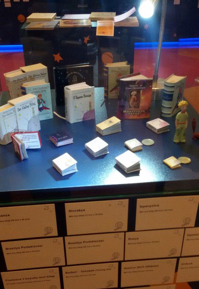 Bozuk para büyüklüğündeki Küçük Prens kitapları sergileniyor