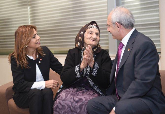 Kılıçdaroğlu, kurultay için İzmir'den gelen Raziye nine ile görüştü