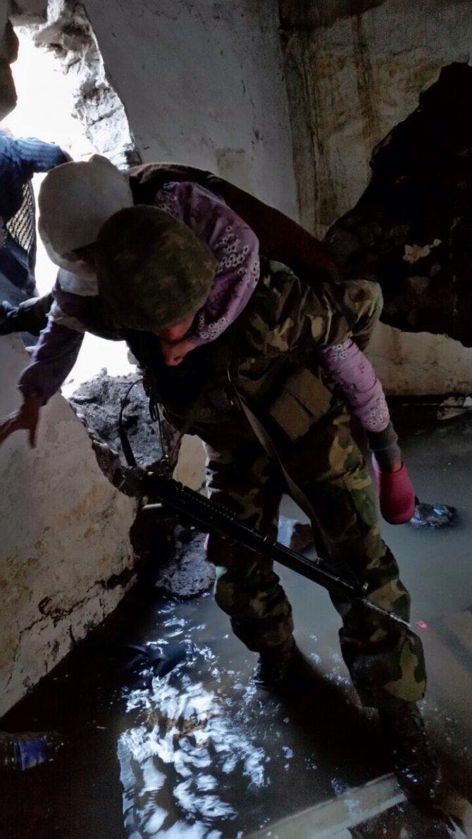 Sur'da mahsur kalan aileyi jandarma tahliye etti