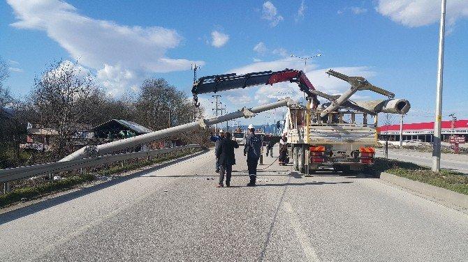 Düzce'de Elektrik Direkleri Devrildi Karayolu Trafiğe Kapandı