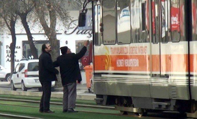 Vatmana Sinirlenince Tramvayın Önünde Durdu
