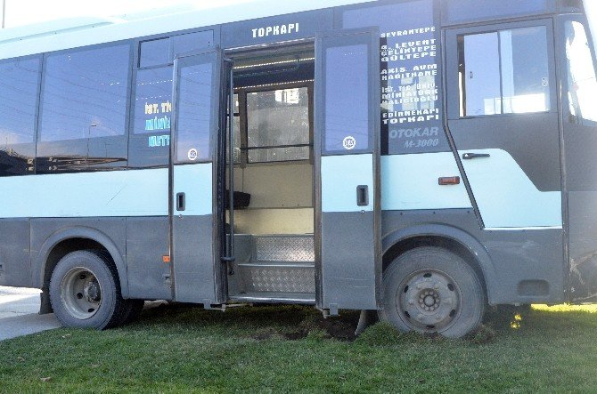 Yolcu Minibüsü Devrilmekten Son Anda Kurtuldu