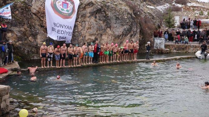 Soğuk havada yüzme şenliği düzenlendi