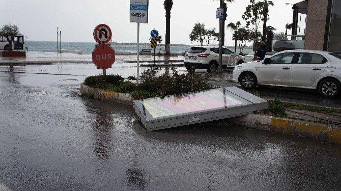 Kuşadası'nda Sağanak Yağmur Ve Şiddetli Fırtına Etkili Oluyor