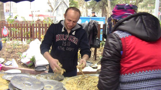 Festivalde bir buçuk ton hamsi pişirilerek dağıtıldı