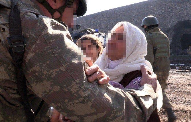 Çatışma Bölgesinde Kalan Aile, Mehmetçiğin Operasyonuyla Kurtarıldı