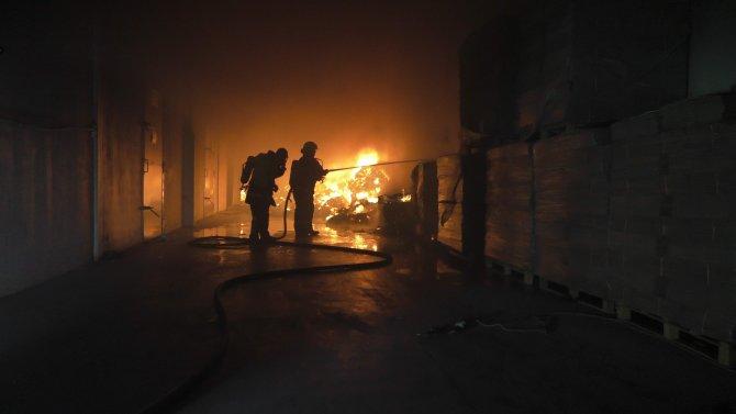 Trafoya düşen yıldırım fabrika yaktı