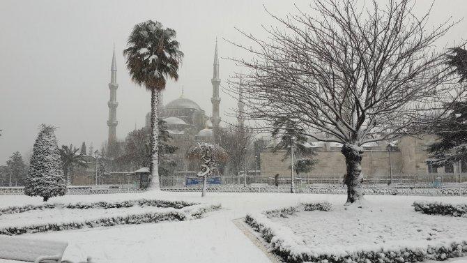 Tarihi mekanlarda kartpostallık kar manzaraları