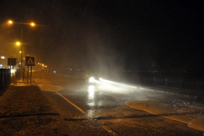 Antalya'da fırtına ve dev dalgalar araç trafiğini kapattı