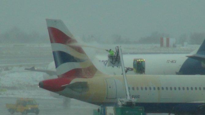 Buzlanmaya karşı uçaklar sıvılarla yıkanıyor
