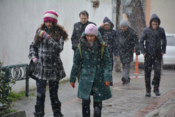 Balıkesir'de kar yağışı devam ediyor