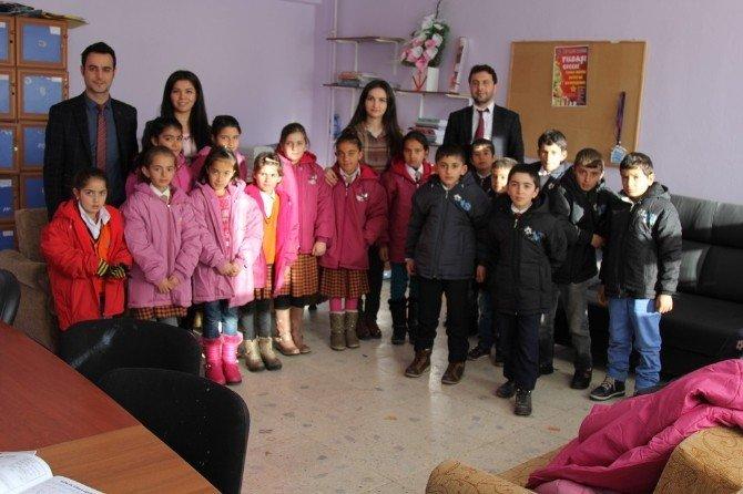 Başkale'deki 600 Öğrenciye Mont Yardımı