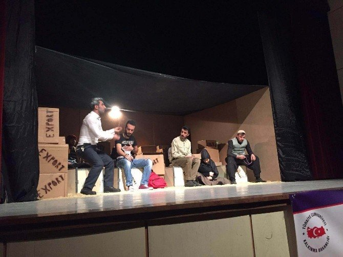 """Bitlis'te """"Nereye"""" Adlı Tiyatro Oyunu Sahnelendi"""