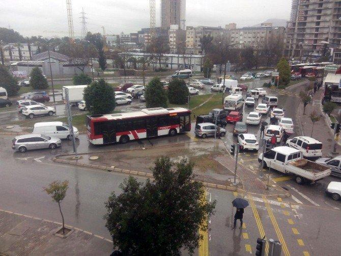 İzmir-foça Kara Yolu Suyla Kaplandı