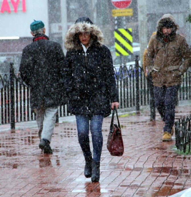 Bursa'da beklenen kar kendini gösterdi