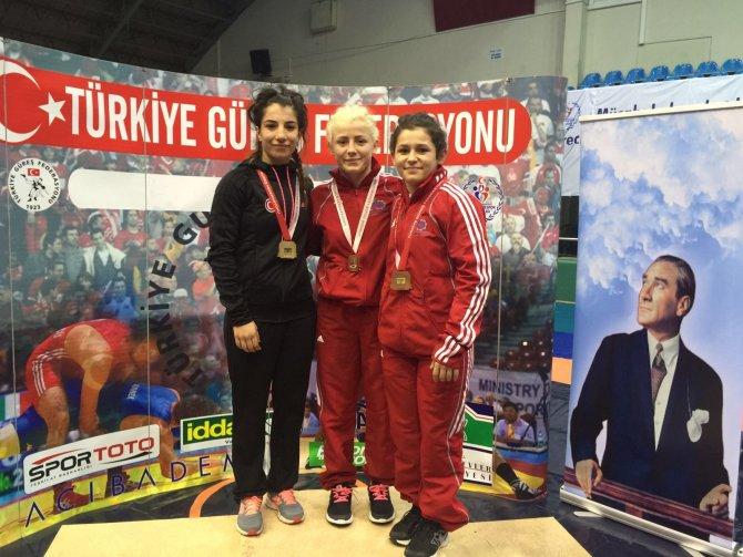 Milli güreşçiler Edirne'den dereceyle döndü
