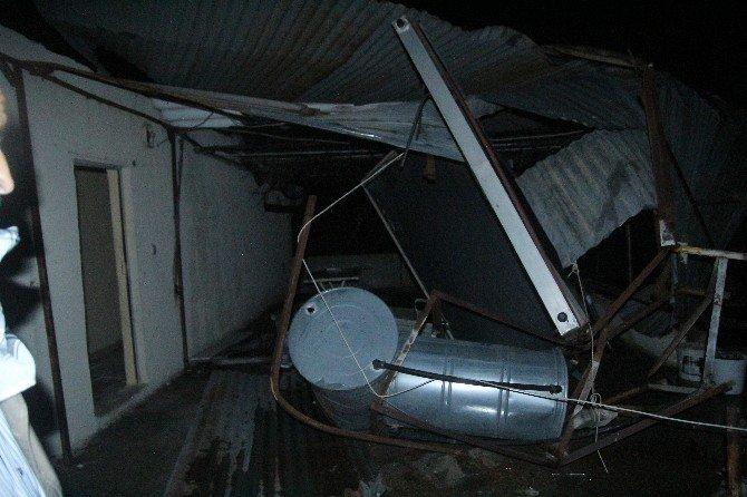 Antalya^da Şiddetli Fırtına Çatıları Uçurdu