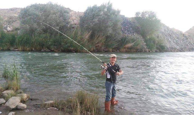 Kızılırmak'ta Kimileri Gün Batımını İzliyor Kimileri Balık Tutuyor