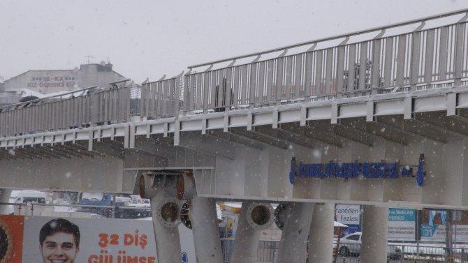 Açılacağı duyurulan metrobüs üst geçidinin merdivenleri bitmedi