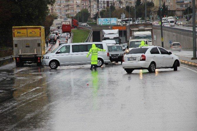 İzmir'de Kar Yağışı Yolları Kapattı