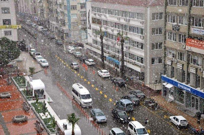 Kar Yağışı Aliağa'da Vatandaşları Sevindirdi