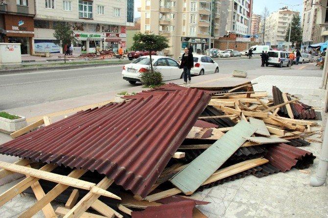 Samsun'da Lodos Çatı Uçurdu, Faciadan Dönüldü