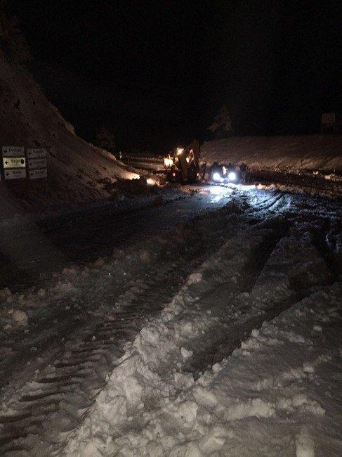 Büyükşehir Gördes Ve Demirci'de Kar Mücadelesi Başlattı