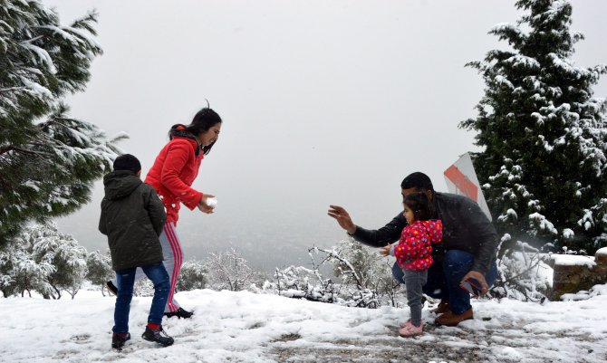 Manisalılar kar sevinci yaşadı