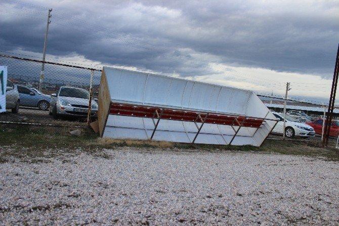 Rüzgar, Yedek Kulübesini Devirdi