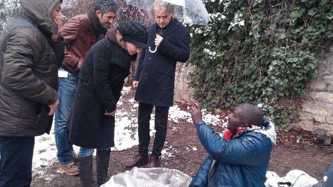 Soğuk Havada Dışarıda Kalan Siyahi Evsiz, Yardım Kabul Etmedi