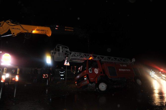 Fabrika yangınına giden itfaiye aracı devrildi