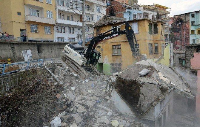 Trabzon'da Çömlekçi Kentsel Dönüşüm Projesi Kapsamında Esentepe'de 42 Binanın Yıkımına Başlandı
