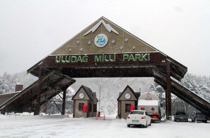 Uludağ'da sevince yolaçan kar, ulaşım çileye dönüştürdü