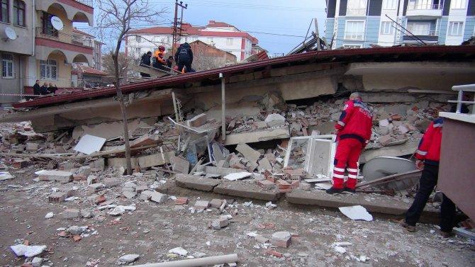 Adalet Bakanı Bozdağ, çöken binada incelemede bulundu