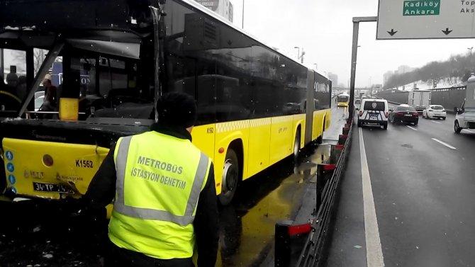 Merter'de metrobüs kazası: 5 yaralı