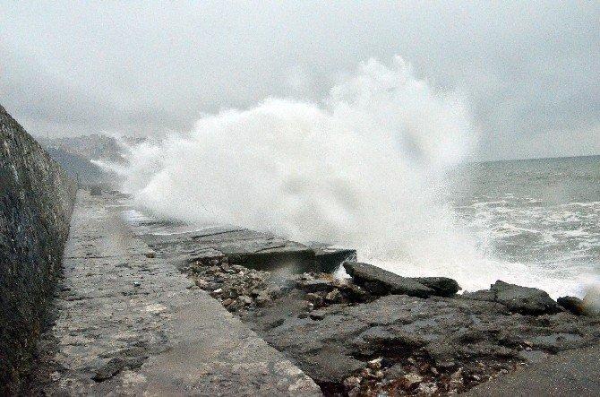 Karadeniz'de Dalgalar Gemileri Beşik Gibi Salladı