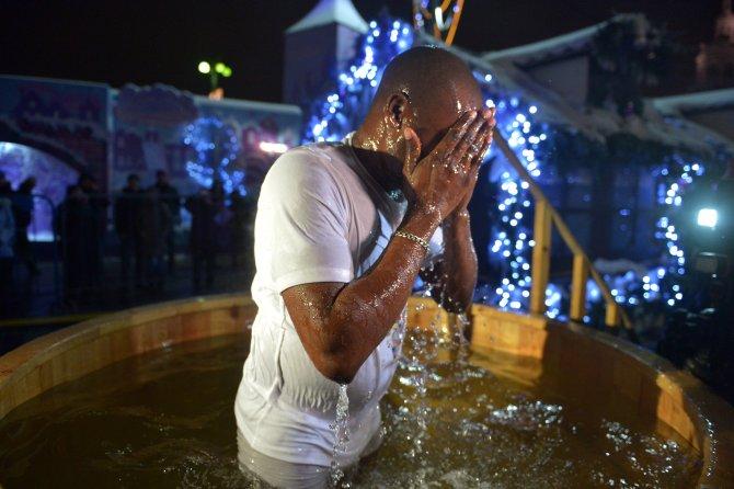 Rusya'da Hıristiyanlar buzlu suya dalarak günahtan arındı