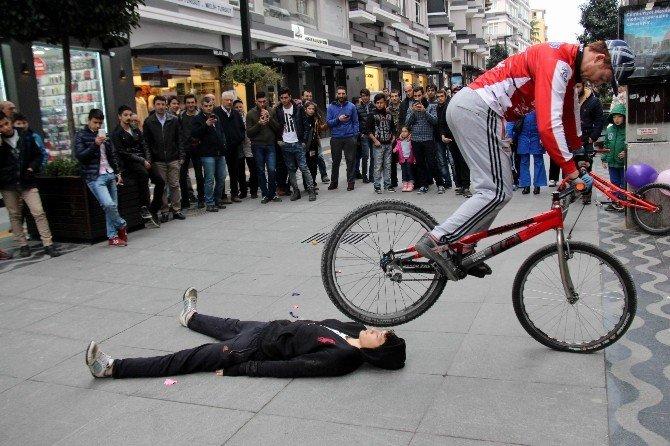 Bisikletçilerden Nefes Kesen Akrobasi Gösterisi