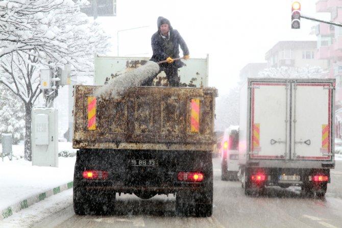 Bursa'da kar yağışı trafiği felç etti
