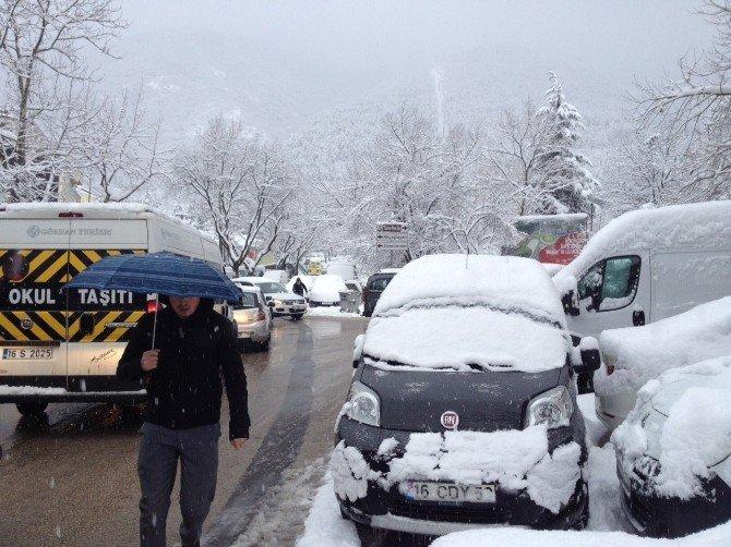 Bursa Kar Yağışı Etkili Oluyor, Vatandaşlar Duraklarda Uzun Kuyruklar Oluşturdu