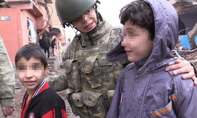 'TSK'nın Kadın Gücü'nden, Terör Mağduru Miniklere Şefkat Eli