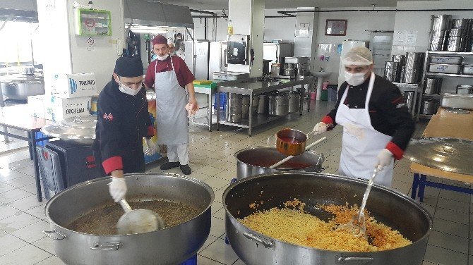 Öğrenciler İçin Yapılan Yemekler İhtiyaç Sahiplerine Dağıtıldı