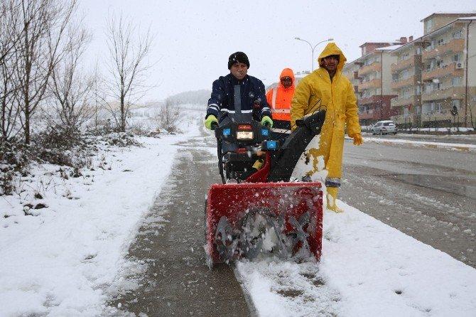 Karla Mücadele Ekipleri Çalışmalarını Gün Boyunca Sürdürdü