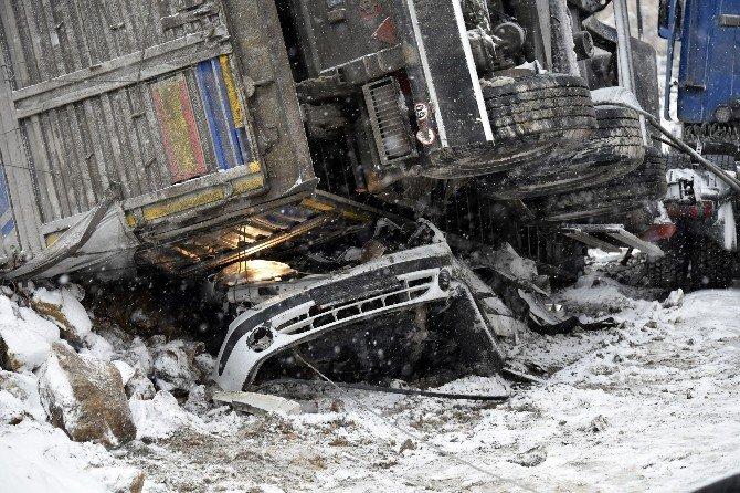 Alçı Yüklü Tır Otomobilin Üzerine Devrildi: 2 Ölü