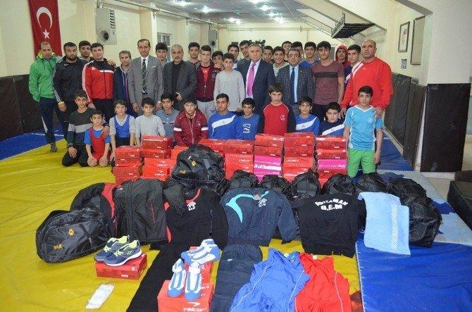 Güreş Eğitim Merkezi Sporcularına Malzeme Yardımı Yapıldı