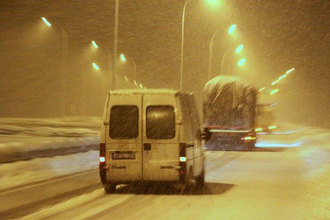 Kahramanmaraş'ta kar yağışı ulaşımı olumsuz etkiliyor