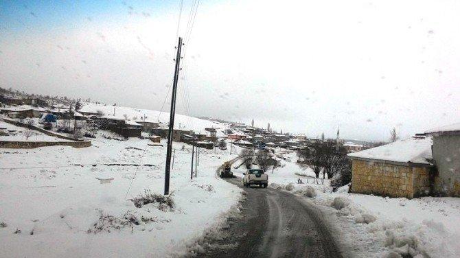 Afyonkarahisar'da Kar Nedeniyle Kapanan Köy Yolları Ulaşıma Açıldı